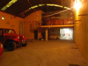 Entrada al galpón y privado entre piso
